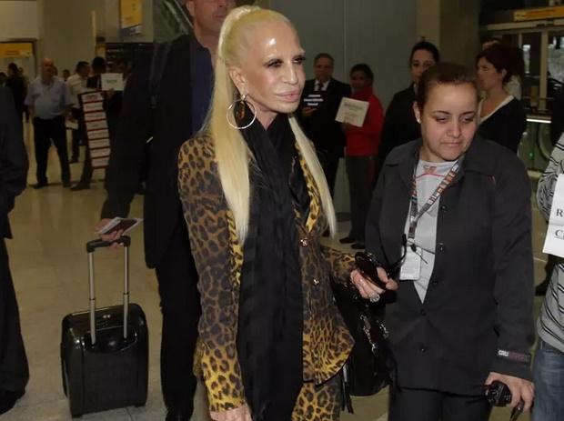 9281f61b9 Nada natural! Veja mudanças no rosto de Donatella Versace - Mundo ...