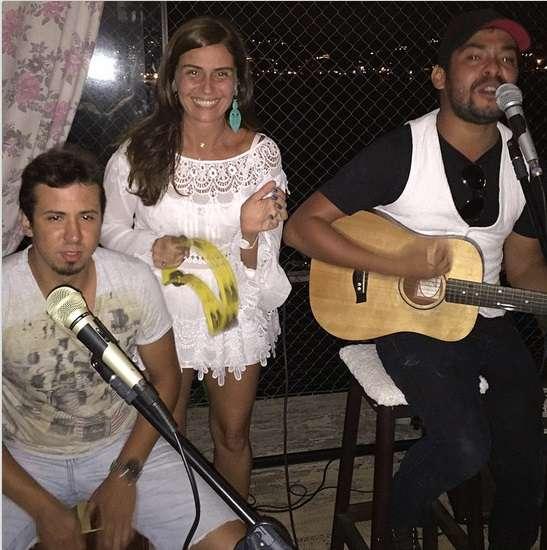 d249920204 Giovanna Antonelli escolheu vestido curto de renda para festejar 2015 e  ainda deu canja na percussão para animar a festa. Poderia ter usado um  sutiã tomara ...