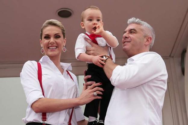 a113e10ef5b21 Ana Hickmann adora vestir Alexandre com roupas parecidas com as dela. Na  festa do primeiro aniversário do filho
