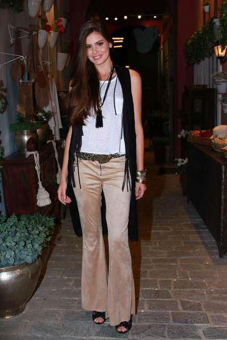 aa218bdc1 Camila Queiroz aposta na calça flare, camiseta básica branca, colete preto  e acessórios anos