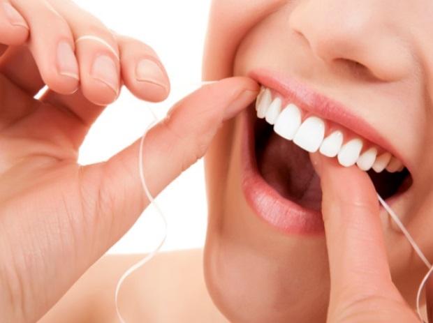 26d7db91a O uso correto do fio dental remove a placa bacteriana e os alimentos nos  lugares onde a escova não consegue chegar facilmente – sob a gengiva e entre  os ...