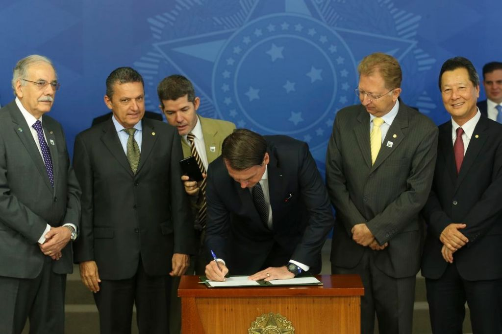 Jair Bolsonaro assina decreto que extingue horário de verão - 2