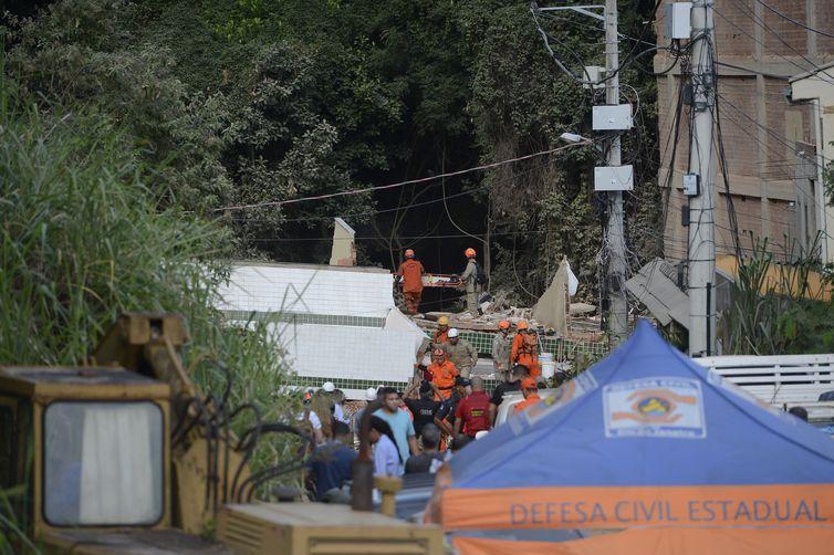 Trabalho de resgate no desabamento de dois prédios na comunidade da Muzema, na zona oeste da cidade do Rio de Janeiro, deixou mortos e feridos.