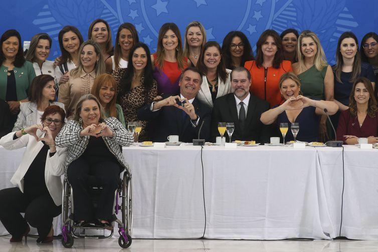 O presidente Jair Bolsonaro toma café da manhã com o presidente do Supremo Tribunal Federal, Dias Tofolli, senadoras e deputadas Federais.