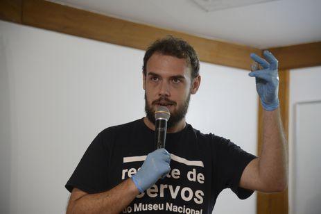 O pesquisador Pedro Luiz Diniz Von Seehausen fala durante apresentação de peças resgatadas dos escombros do Museu Nacional e pertencentes a coleção egípcia da instituição.