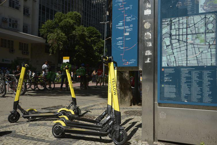 Cariocas usam patinetes elétricos no centro do Rio de Janeiro.