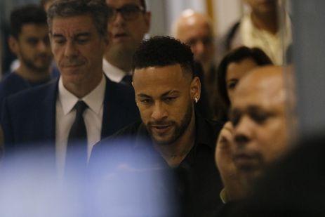 O jogador de futebol Neymar Jr, deixa à Delegacia de Repressão aos Crimes de Informática, na Cidade da Polícia, no Rio de Janeiro, após depoimento.