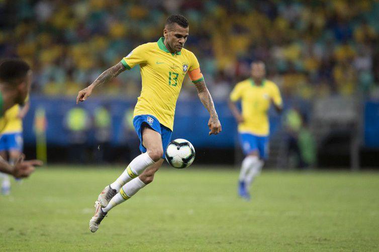 Na goleada de 5 a 0 contra o Peru, ainda na fase de grupo, o lateral-direito fez 113 jogos pela seleção brasileira