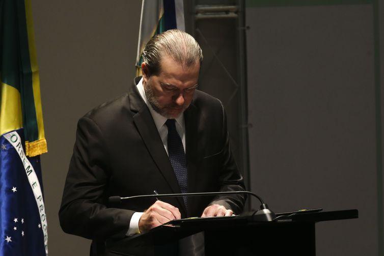 O presidente do Conselho Nacional de Justiça (CNJ) e do Supremo Tribunal Federal (STF), ministro Dias Toffoli, assina o Pacto Nacional pela Primeira Infância durante seminário sobre o assunto.