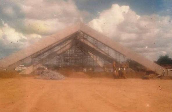 Pirâmide em construção no ano de 1986