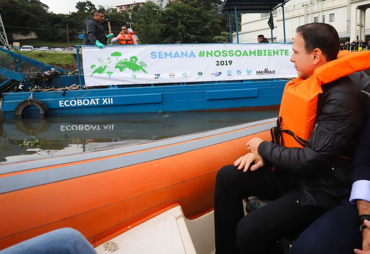 O governador do Estado de São Paulo, João Doria, assiste a testes com dois ecobarcos coletores de resíduos flutuantes, conhecidos como Ecoboats, para auxiliar na limpeza do rio Pinheiros.