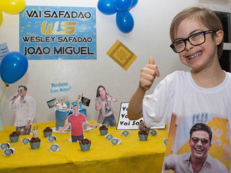 Fã de 11 anos com síndrome de down ganha festa com tema 'Safadão' e conhece ídolo - 2