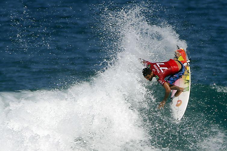 O surfista brasileiro Filipe Toledo compete na etapa brasileira da Liga Mundial de Surfe, na praia de Itaúna, em Saquarema, Rio de Janeiro.
