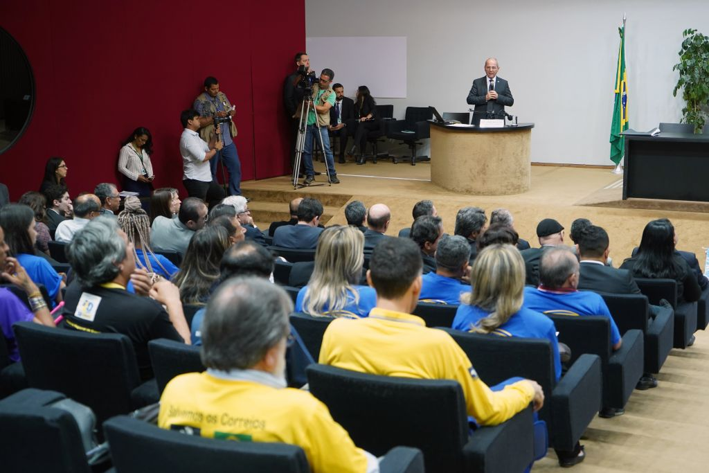 Para presidente dos Correios, brasileiros vão pagar a conta da privatização - 2