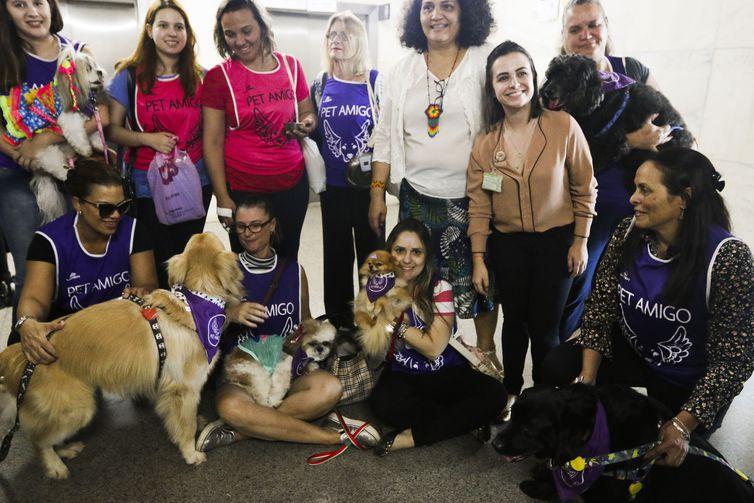 Hospital recebe a visita de integrantes do projeto Pet Amigo