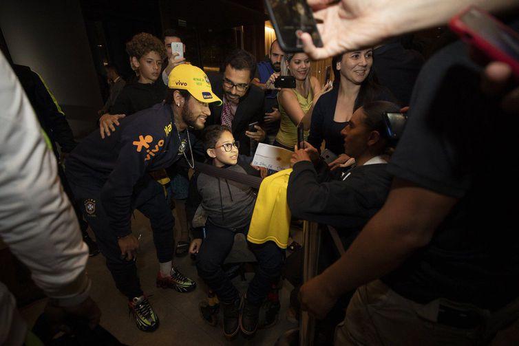 Neymar cumprimenta os torcedores na chegada ao em Brasília