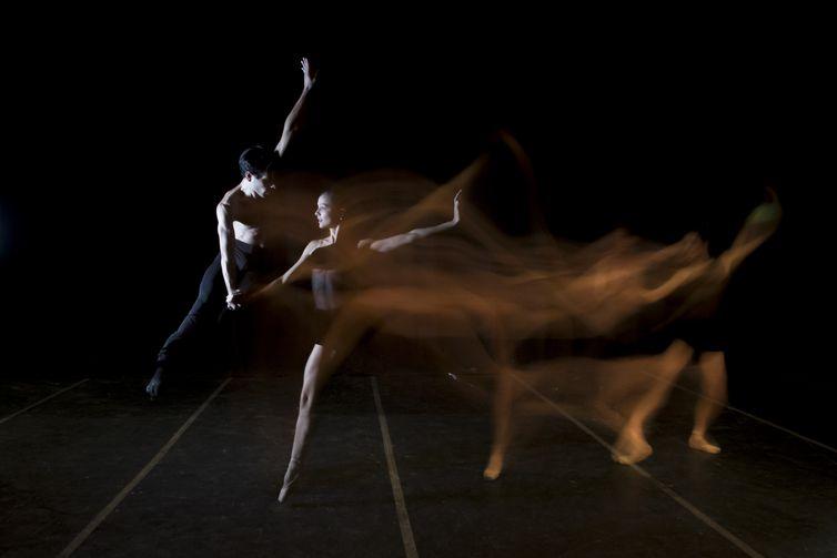 Os bailarinos Cícero Gomes e Márcia Jaqueline no espetáculo Carmina Burana, no Theatro Municipal do Rio de Janeiro