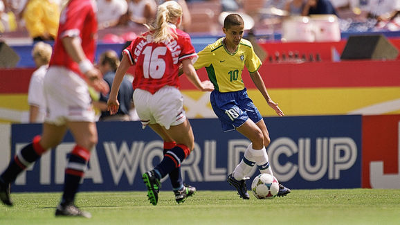Sissi dribbles the ball