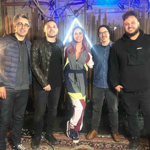 Alinne Rosa canta sucesso de Pitty no projeto Analaga - 2