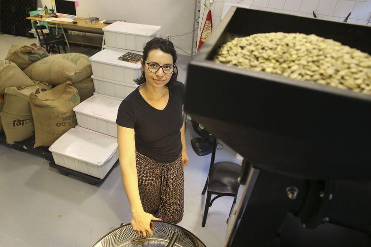 Nathália Rodrigues é mestre de torras em uma microempresa de torrefação de cafés especiais em Brasília.