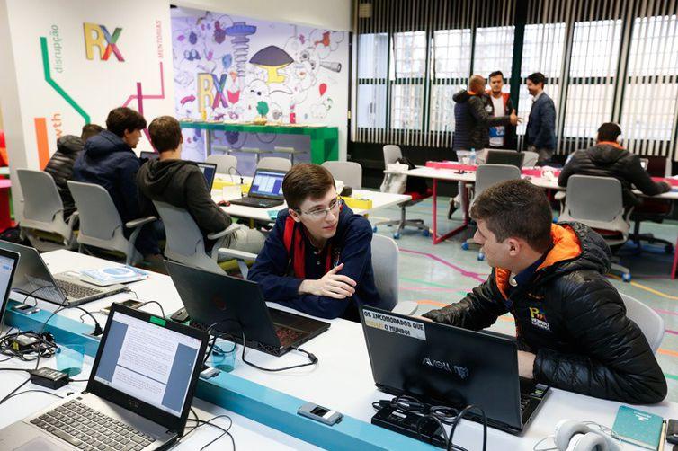 Em busca de conhecimento para desenvolver novos negócios, universitários de vários estados que desenvolvem startups inovadoras em diversas áreas estiveram presentes no Startup Summit