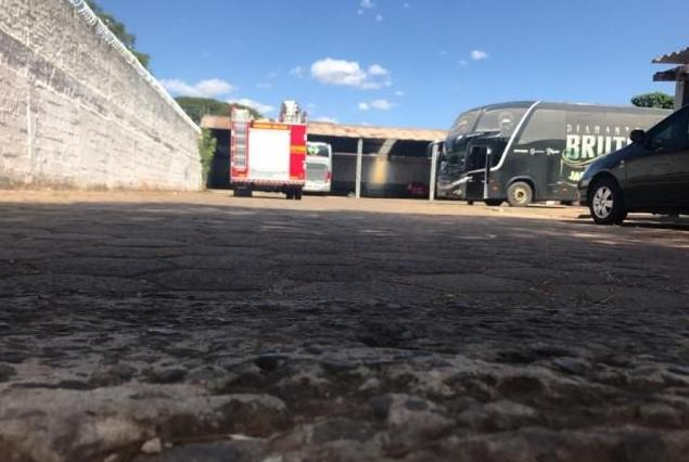 Motorista morre prensado por ônibus de dupla sertaneja - 1