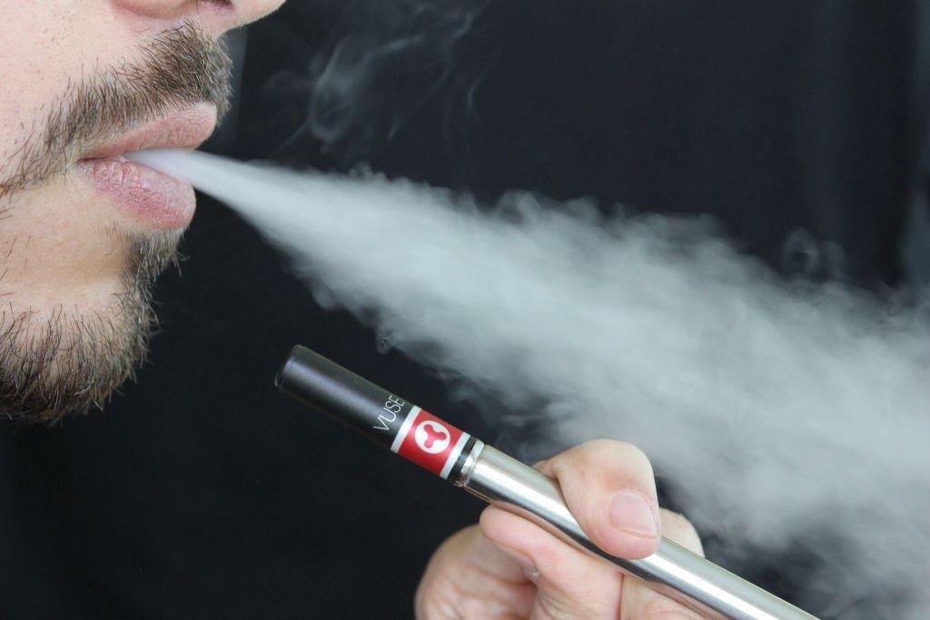 Cigarros eletrônicos danificam vasos sanguíneos, diz estudo - 2