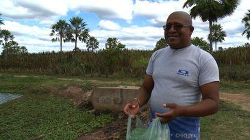 beira da lagoa com sacola de recicláveis na mão é o Neto, da Defesa Civil de Inhuma, no Piau