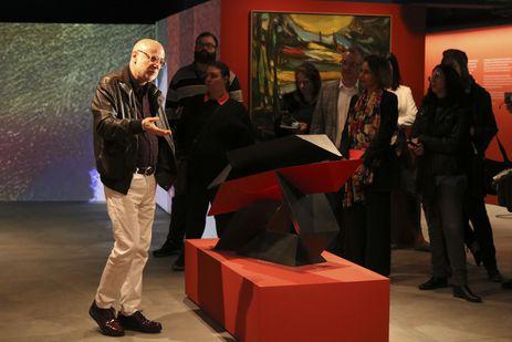 O curador Agnaldo Farias comenta as obras da Exposição Contemporâneo, sempre, Coleção Santander Brasil, no Farol Santander.