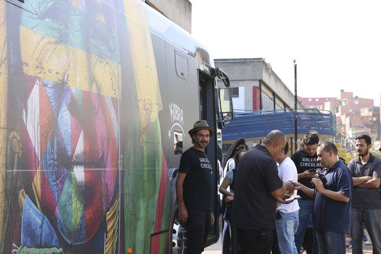 O CEU Paraisópolis recebe a exposição itinerante do artista plástico Eduardo Kobra, que transformou um ônibus numa galeria de arte, para percorrer os bairros periféricos de São Paulo.
