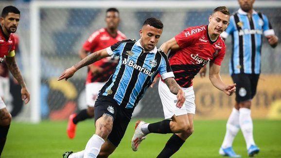 Grêmio domina ações, bate Furacão e abre boa vantagem na Copa do Brasil - 2