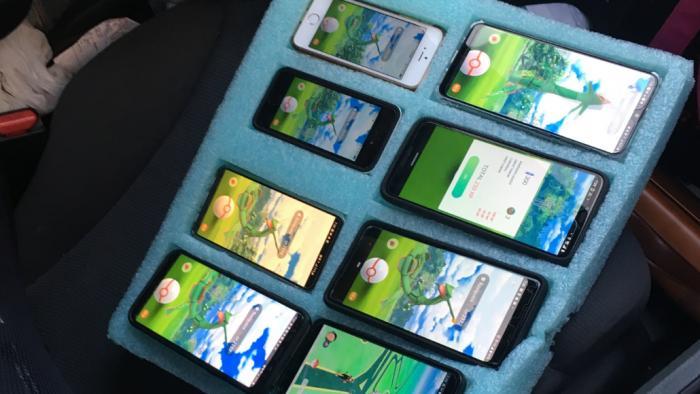Rapaz é pego jogando Pokémon Go em 8 smartphones ao mesmo tempo em seu carro - 1
