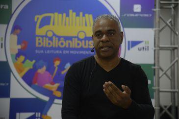 Rio de Janeiro - O escritor Robson Machado fala do seu livro Andar Invisível durante lançamento da Bibliônibus no Terminal Rodoviário do Rio. (Foto: Tomaz Silva/Agência Brasil)