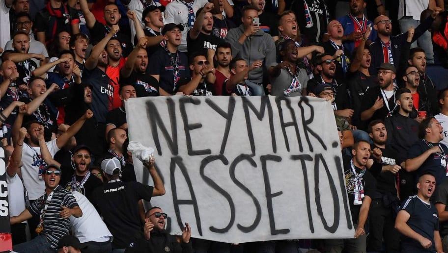 Torcida do PSG protesta contra Neymar em jogo do Campeonato Francês - 1
