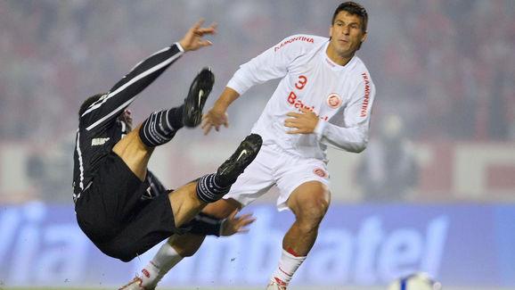 Ronaldo (L) of Corinthians football team