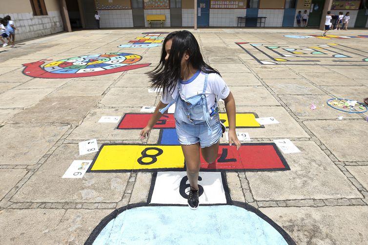 Brasília - Alunos da Escola Classe 29 de Taguatinga participam de atividades do projeto Adasa na Escola, que ensina crianças a ajudar na preservação da água (Marcelo Camargo/Agência Brasil)