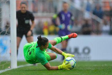 Seleção feminina é vice em Torneio Internacional de Futebol. Goleira Aline Reis defende três pênaltis.