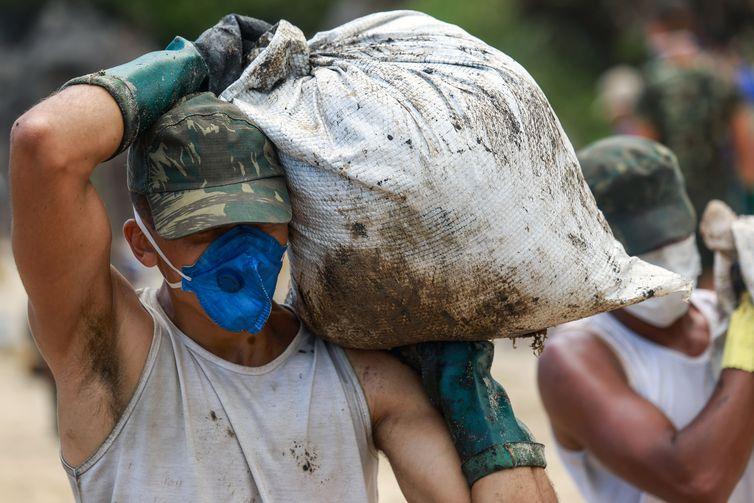 Soldados do exército brasileiro trabalham para remover um derramamento de óleo na praia de Itapuama, em Cabo de Santo Agostinho, Pernambuco, Brasil, 22 de outubro de 2019. REUTERS / Diego Nigro