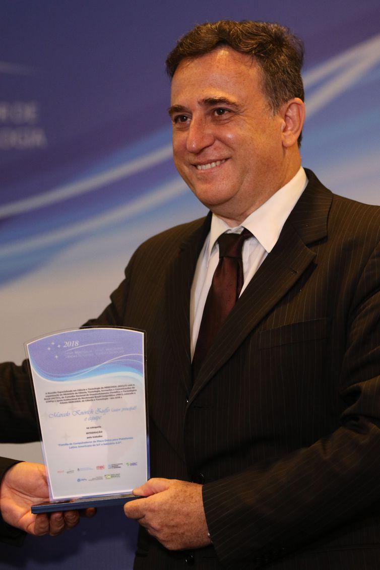 O Secretário de Empreendedorismo e Inovação do MCTIC, Paulo Alvim, entrega premio na categoria Inovação a Marcelo Knorich Zuffo, durante cerimônia de entrega do PrêmioMercosulde Ciência e Tecnologia 2018