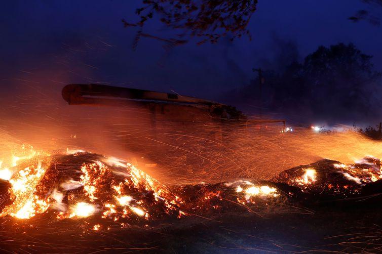 Brasas voam em torno de um caminhão durante o incêndio em Healdsburg, Califórnia, EUA