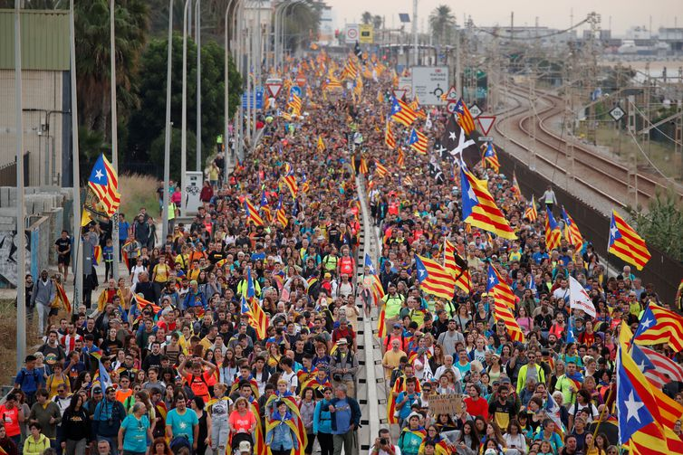 Catalan demonstrators chant slogans as they march during Catalonia's general strike in El Masnou, Spain, October 18, 2019. REUTERS/Albert Gea