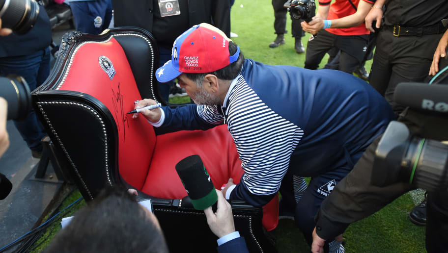 Para um Deus, o trono: idolatria é proporcional ao carinho com que Maradona trata clubes - 1