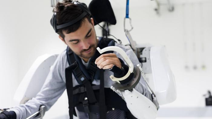 Tetraplégico volta a mover braços e pernas controlando equipamento com a mente - 1