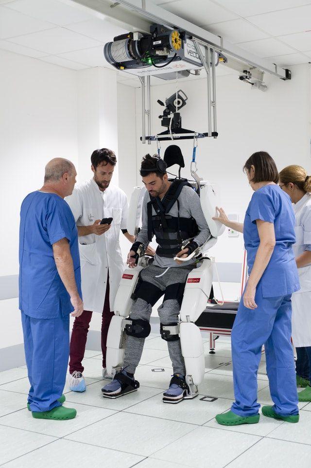 Tetraplégico volta a mover braços e pernas controlando equipamento com a mente - 2