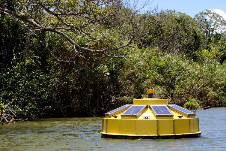 Ponto de coleta de dados para monitoramento da qualidade da água na foz do rio Doce, distrito de Regência