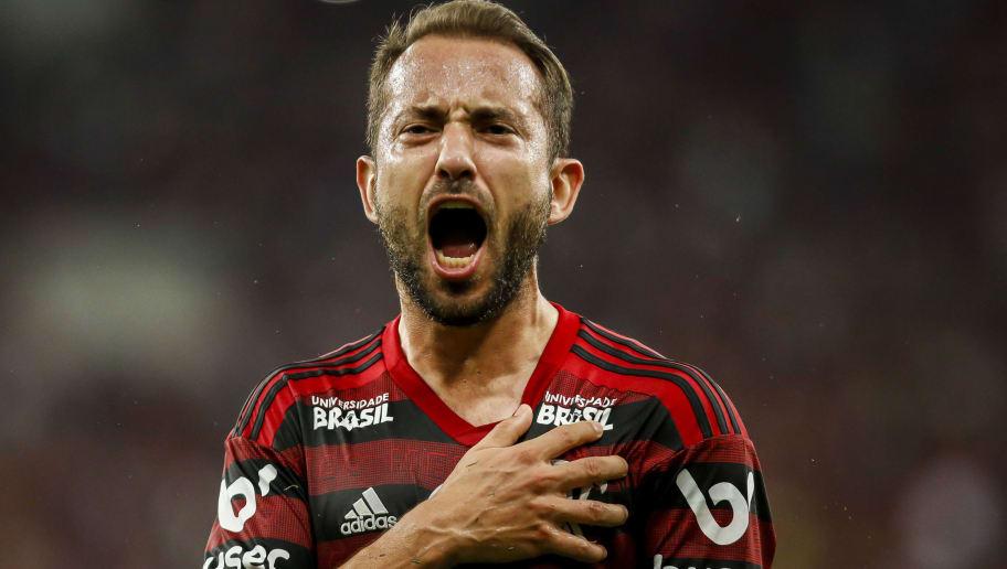Everton Ribeiro sai do