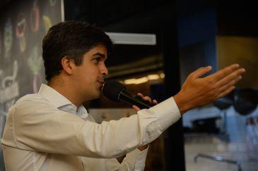 O secretário municipal de Meio Ambiente do Rio, Bernardo Egas, fala durante evento na Gastromotiva, no centro do Rio de Janeiro