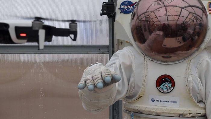 Luva inteligente ajudará astronautas a controlar drones e robôs em outros mundos - 1
