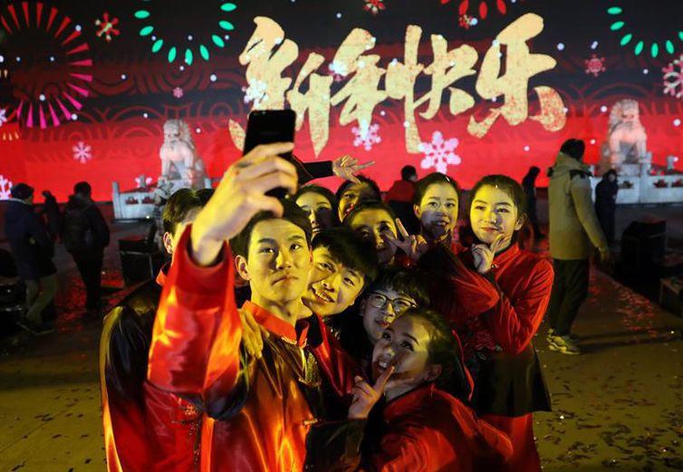 Artistas chineses tiram selfie após apresentação em Pequim