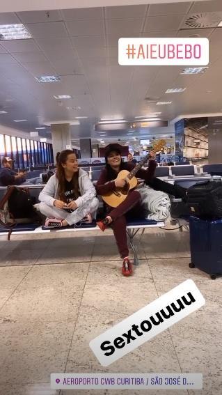 """Maiara e Maraísa surpreendem com show improvisado em aeroporto: """"Esperando o voo"""" - 1"""